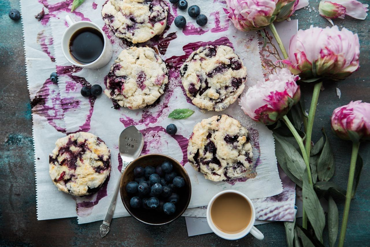 Cakes with jam and blueberries