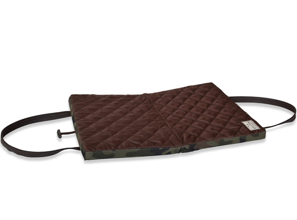 KONA Cave® Travel Dog Bed.  Thick and padded folded dog mat with carrying straps. Cot. hundedecke zum mitnehmen.