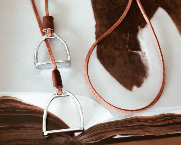 Double Horse Stirrup Leather Necklace D1117 | Ideana