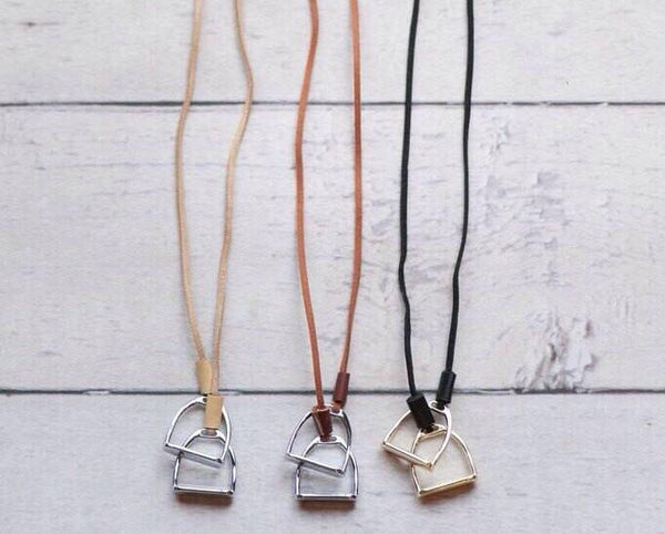 Double Horse Stirrup Leather Necklace D1119 | Ideana