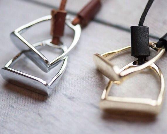 Double Horse Stirrup Leather Necklace B1116 | Ideana