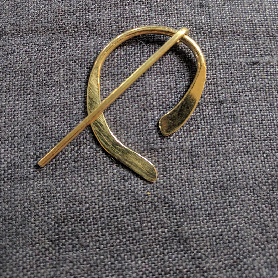 Asymmetric gold penannular pin