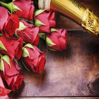 Woodhay - Twelve Luxury Red Roses, Champagne & Chocolates.