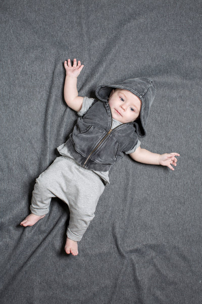 Grey Melange Como Baby T-Shirt, Dark Grey Sleeveless Egon jacket and Grey Melange Remo Sweatpants, look book image  | POCO KIDS