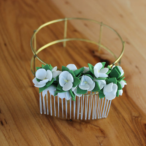 White flowers and greens comb