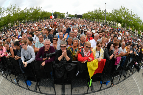 Huge crowd gathered at the Team Presentation in La Roche-sur-Yon