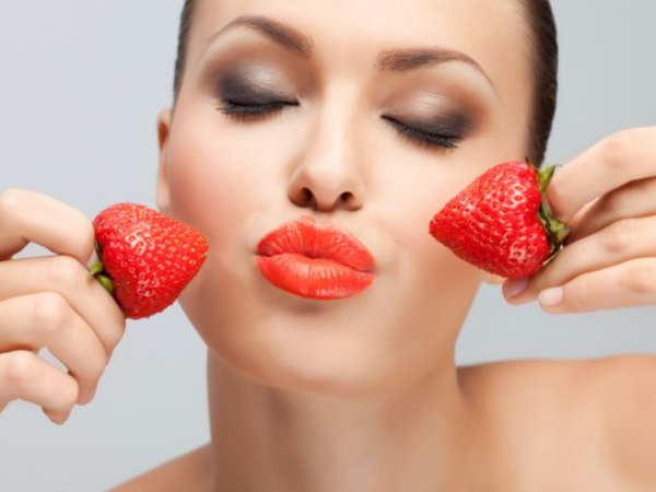 Homemade Strawberry Treatment To Reduce Under-Eye Puffiness
