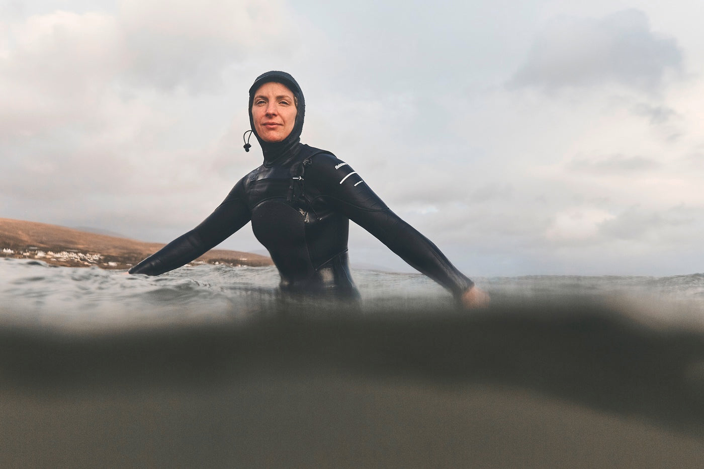 Easkey waiting for waves in the water wearing the Nieuwland 4mm wetsuit