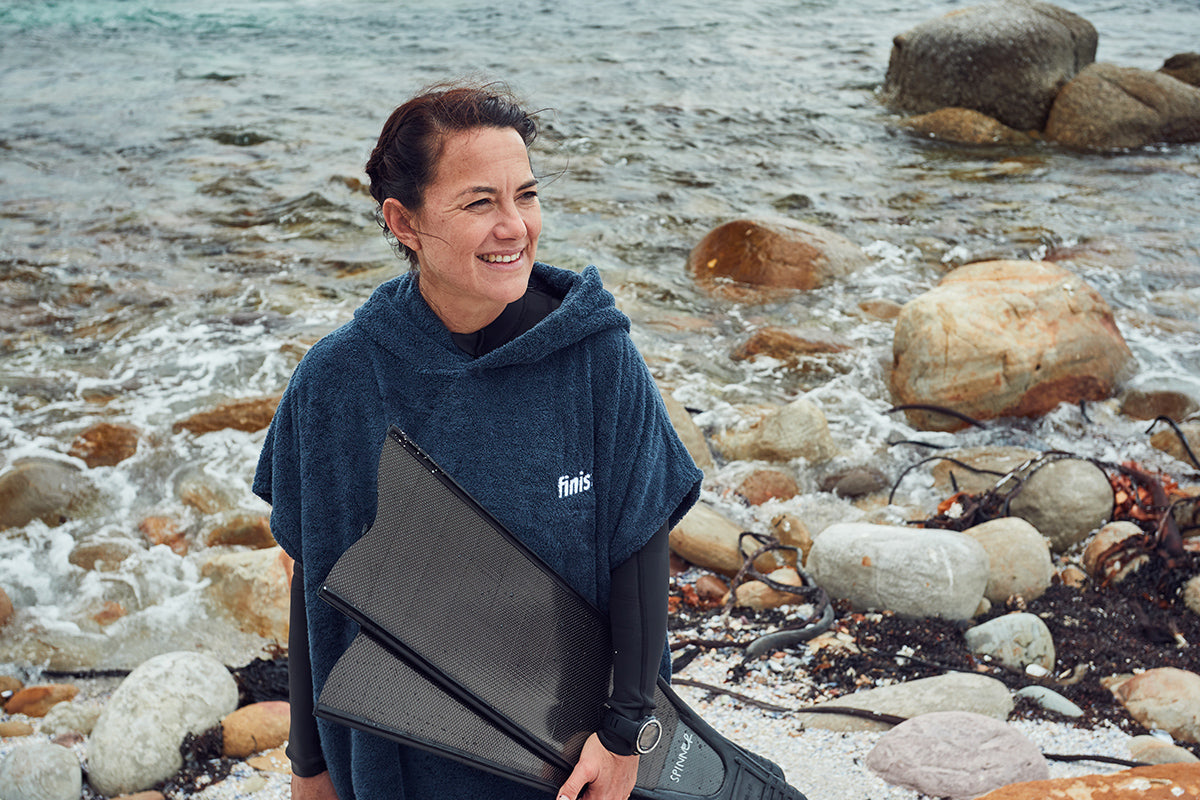 Hanli Prinsloo drying off using the Finisterre Vean changing robe after a dive at the Cape.