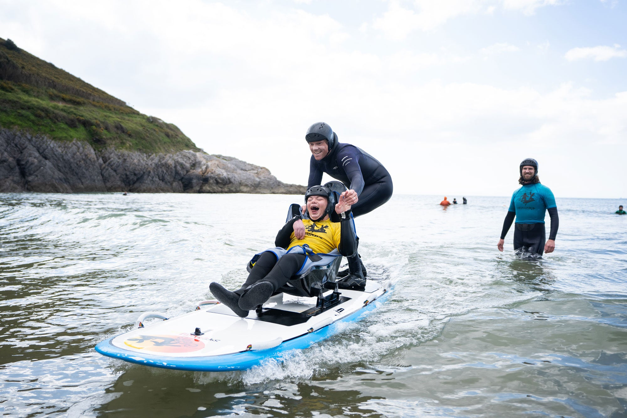 Sam-Bleakley-adaptive-surfing-with-Kai-Lewis