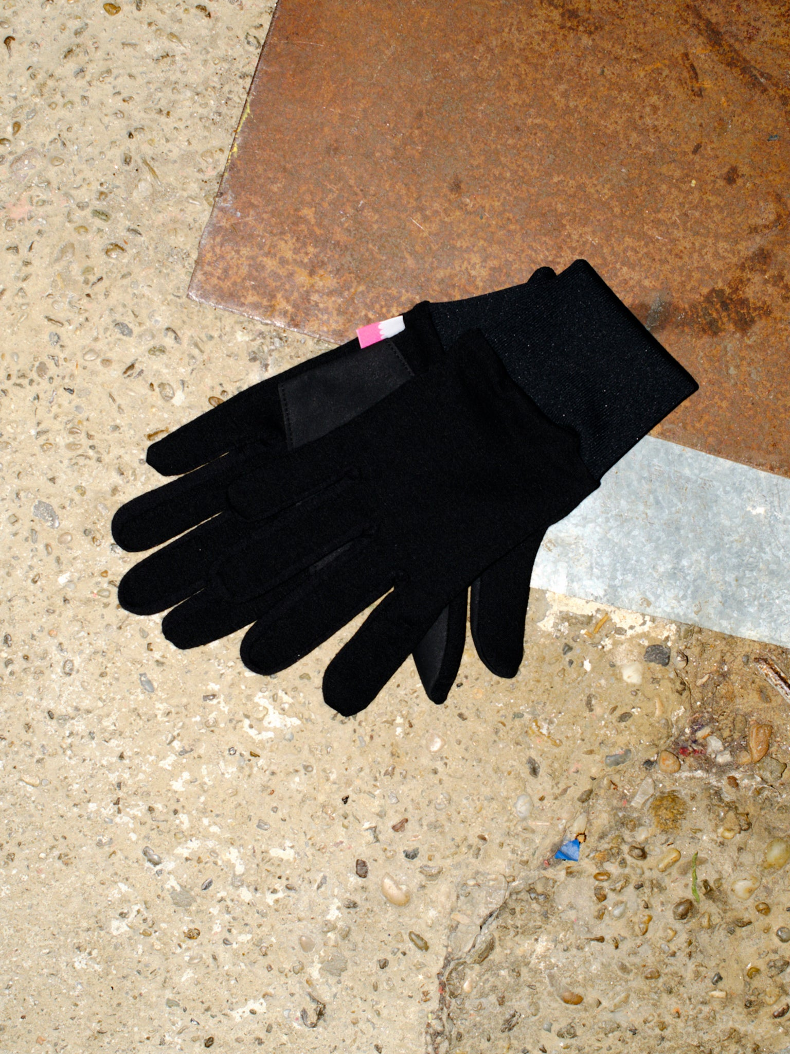 Merino gloves in black displayed in okay symbol.