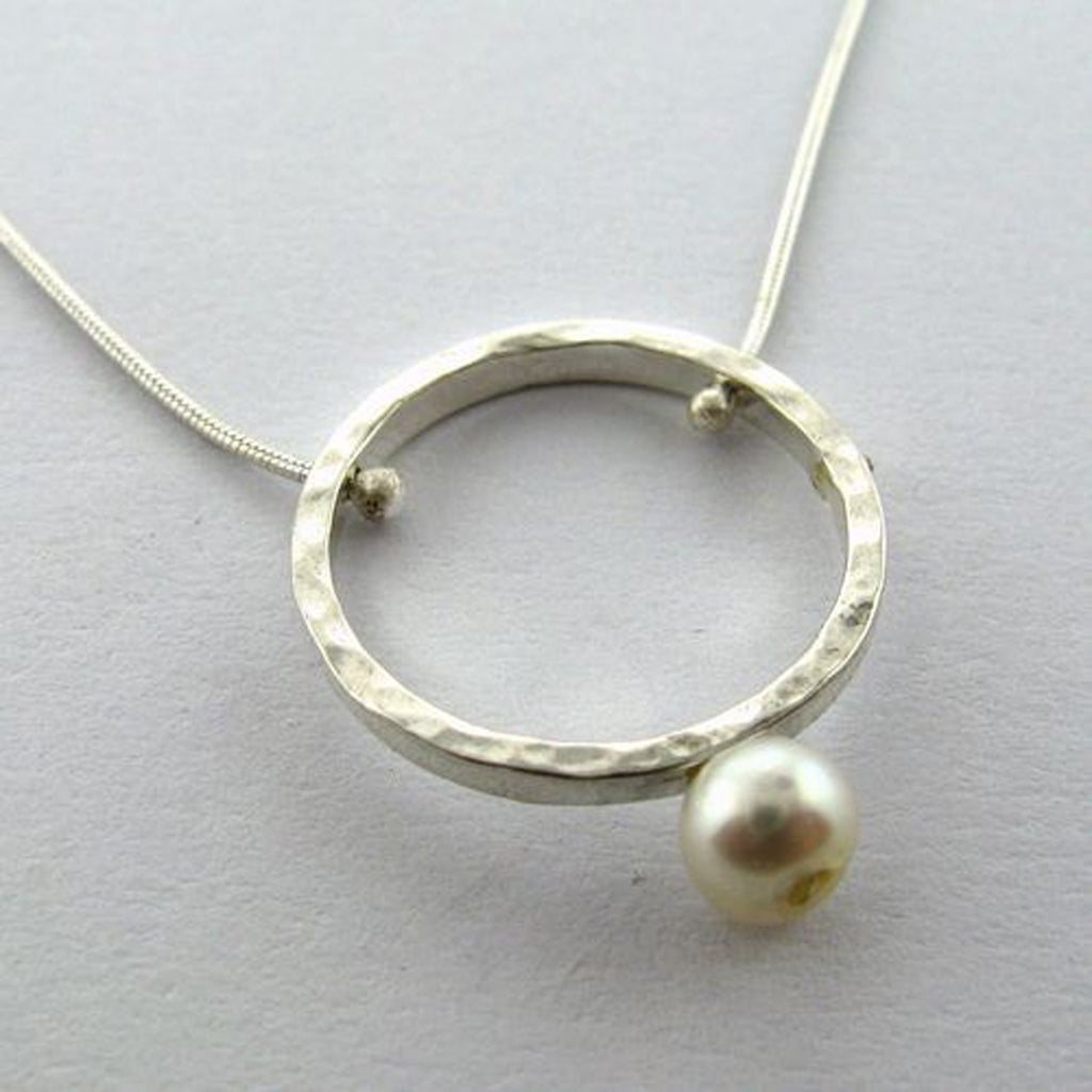 Circle with pearl tip necklace