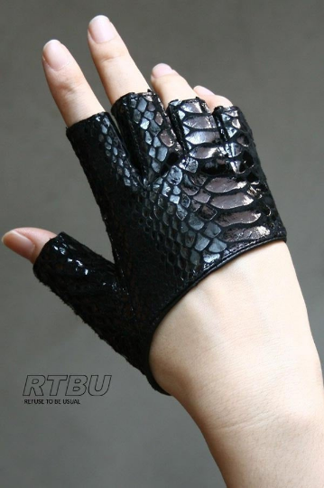 Genuine Leather Python Snake Texture on Lambskin Runway Punk Rocker Cutaway Cropped Half Finger Glove (16-17cm palm)
