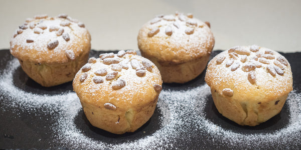 Mini sweet pastries with Italian custard and pine nuts