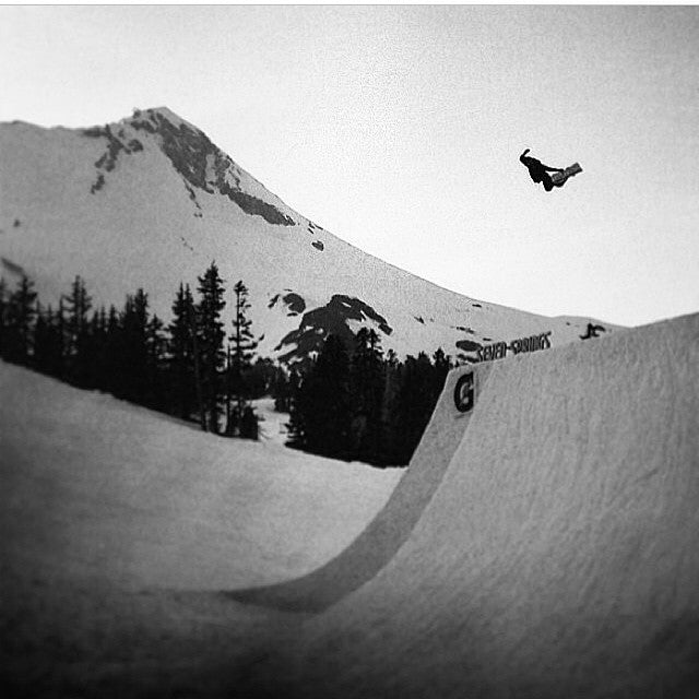 #regram from @dinosaurs_will_die. @seangenovese with a HUGE #method on the hip at #superpark18. @snowboardermag shot by @ebbub.