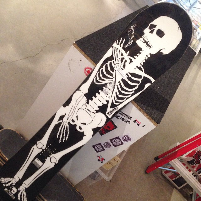 all of our 2014 snowboards are 40% off! grab this deadly @endeavorsnow X @skull_skates collab deck featuring #dowtech. this is ready to slay @mtseymour for only $299 down from $499. saves you $200. #supportlocal #winteriscoming