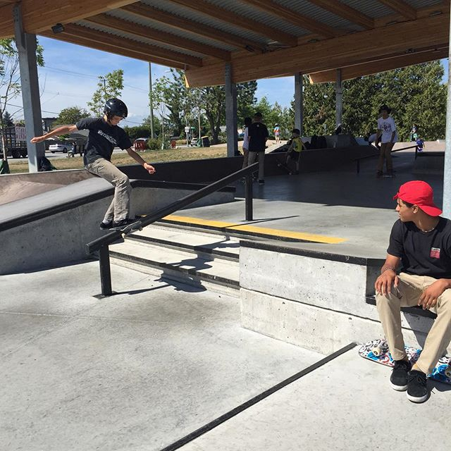 @doogielester is here at the #CstlHangtime Handing out some product for tricks down the 3 rail. We will be here till 5:30 come get some stuff. #Cloverdale #coastalRiders #HangTime #Skateboarding