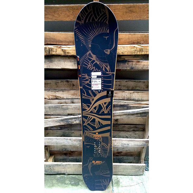 With all the fresh snow hitting the mountains your going to need a board like this to stay afloat. The @slashbygigi STRAIGHT with a setback cam-rock shape will do the trick. Reg $500 now on for $299! #slash #PREseasonsale