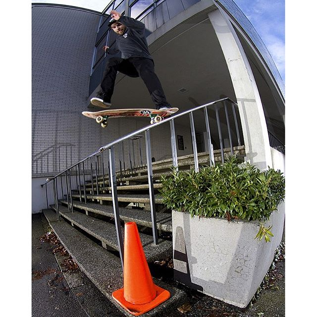 Shop Rider and employee @reetdimmins doesn't let a little rain stop him from getting this 180 nosegrind.