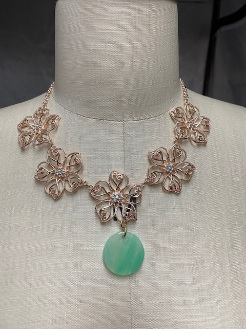 WIRE EMERALD FLOWER NECKLACE.