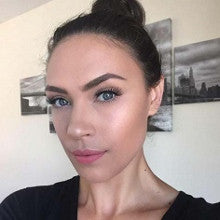 Model and Beauty Blogger, Carol Lago doing the High Pony!