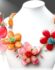 An Eye Catching Flirty Flower Necklace Set