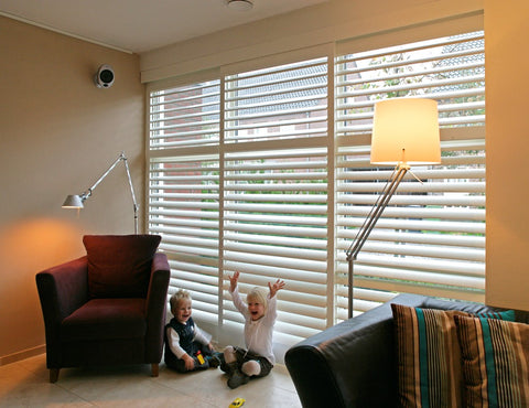 Interior shutters with hidden louvres in a children's room