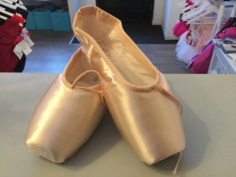 2007 Grishko pointe shoe. Under size 6