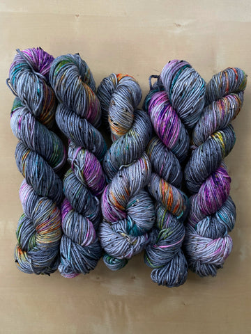 Requiem for a dream - Gaia: 85% Superwash Merino 15% Donegal Nep - DK