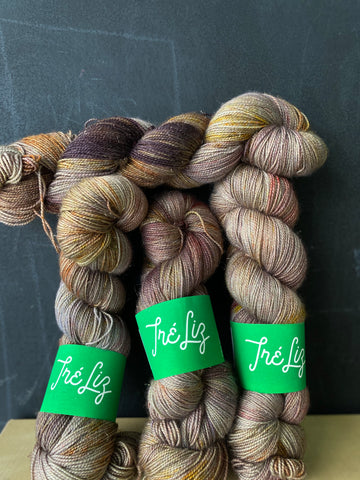 DeFeure - Asteria: 75% Superwash Merino 20% Nylon 5% Gold Stellina - Sock