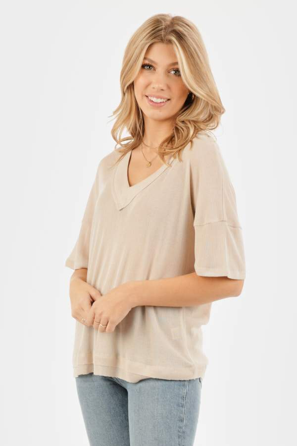 V-NECK CONTRAST WITH MINI TIRED HEM DETAIL