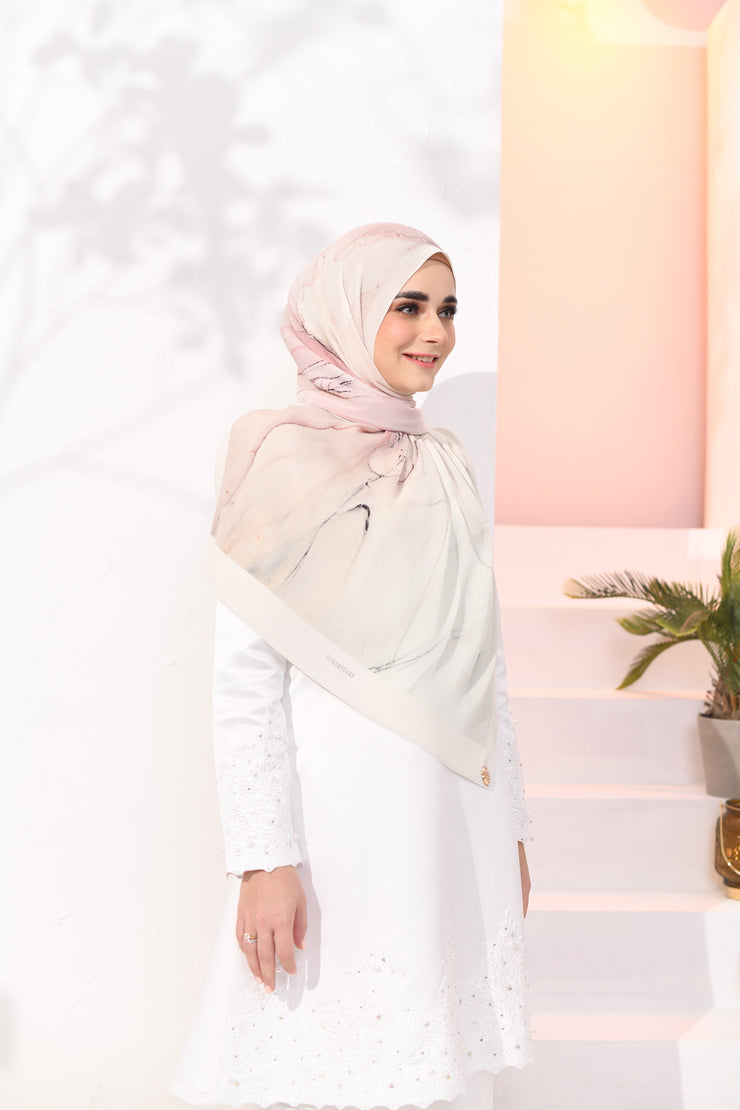 EID DOLCE Pleats Long Shawl in Strawberry Yogurt