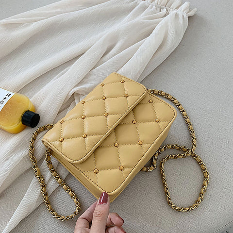The new version of the summer fashion diagonal chain square bag with one shoulder and one shoulder