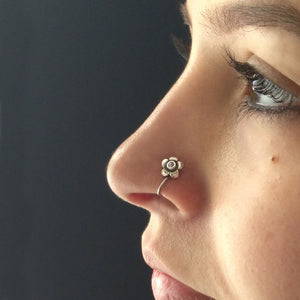 Tiny flower nose pin