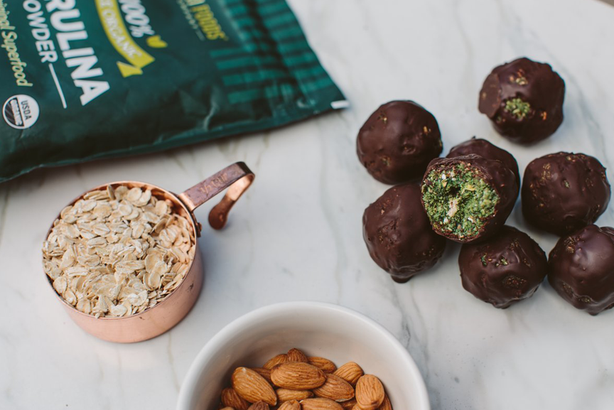 Spirulina powder, oats, almonds and Spirulina superfood bites.