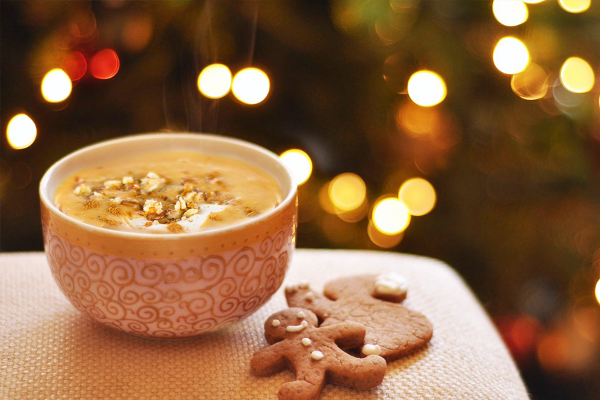 Warming smoothie in a bowl with gingerbread men cookies