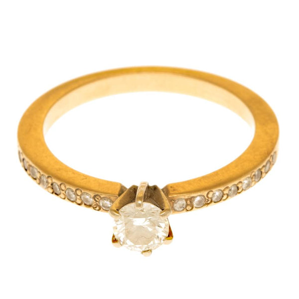 Anillo oro amarillo con diamantes.
