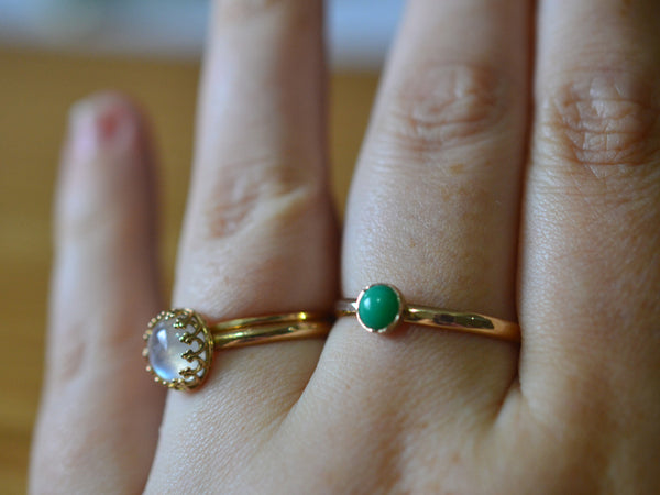Hammered 14ct Yellow Gold 5mm Chrysoprase Ring
