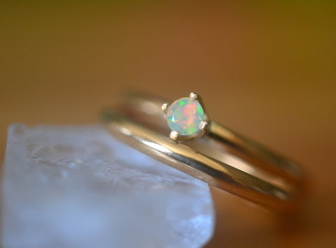 Simple 14K Gold Bridal Ring Set With 3mm Welo Opal