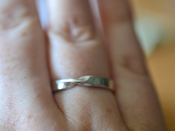 Personalised 14K White Gold Mobius Ring