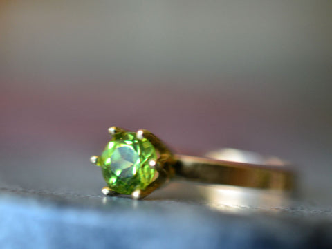 Women's Classic Peridot Engagement Ring in 14K Yellow Gold