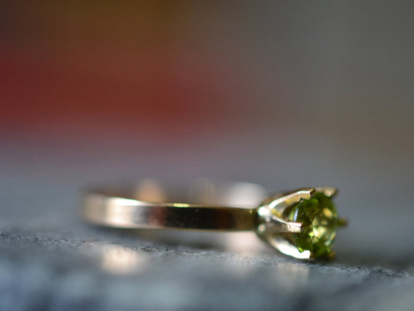 Women's 14K Yellow Gold 5mm Round Faceted Peridot Ring
