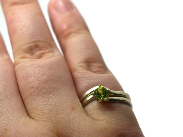 Women's 5mm Peridot Solitaire Engagement Ring & Wedding Band