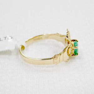 side of ladies gold Claddagh ring with real emerald heart