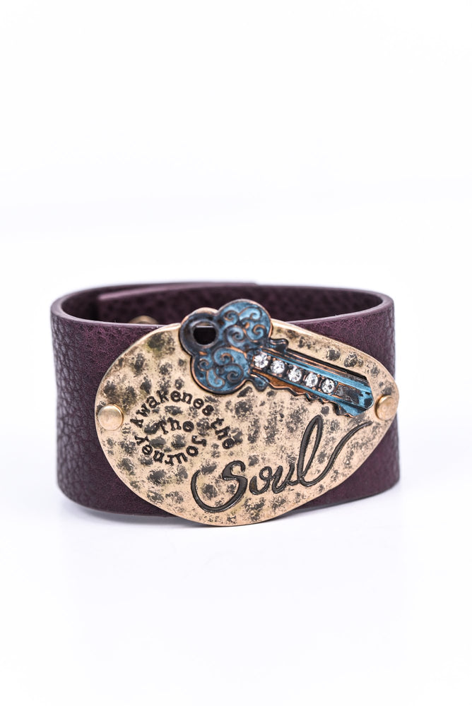 Gold Hammered 'The Journey Awakens The Soul' Patina/Bling Key/Brown Leather Bracelet - BRC2664GO