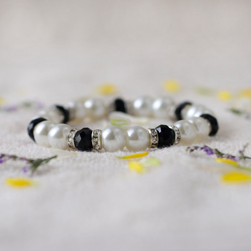 Handcrafted Bead Bracelet In Black And White Pearls