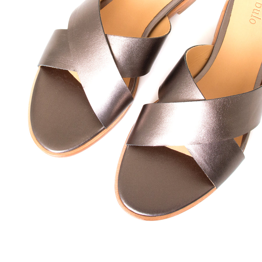 Bulo Rossana. Women's sandals in Gun Metal leather, flat heel. Top View, pair.