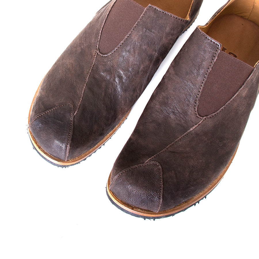 Cydwoq Charge. Men's slip-on shoes, Dark Brown leather, anatomically design sole for arch support, Rubber sole. Made in California, USA. Top View pair.