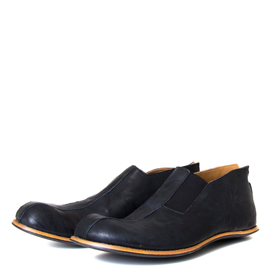 Cydwoq Strong. Men's Black slip-on Shoes, rubber sole. Made in California. Front view, pair.