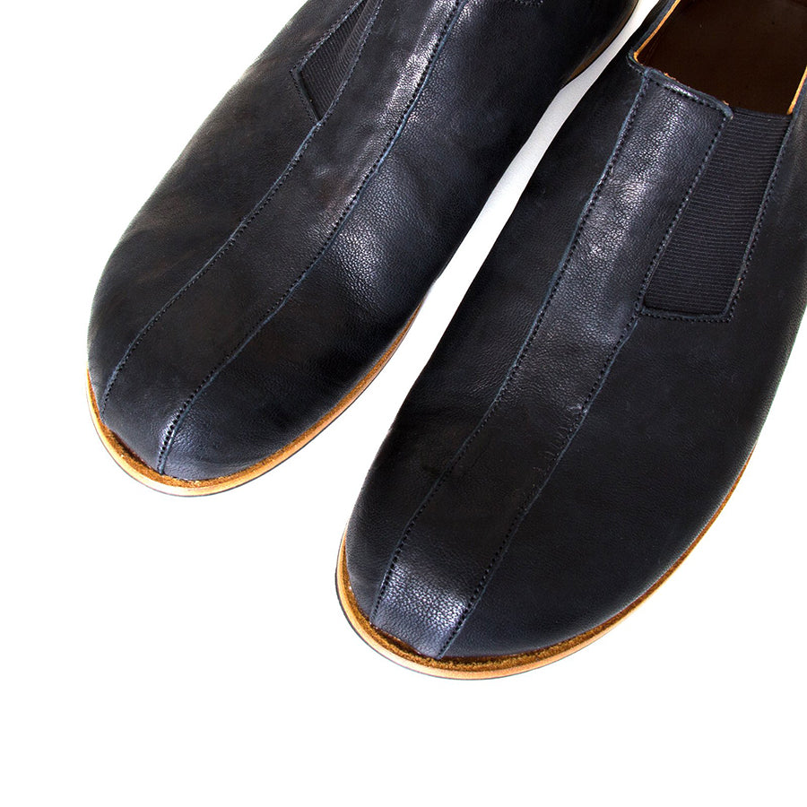 Cydwoq Strong. Men's Black slip-on Shoes, rubber sole. Made in California. Top view, pair.